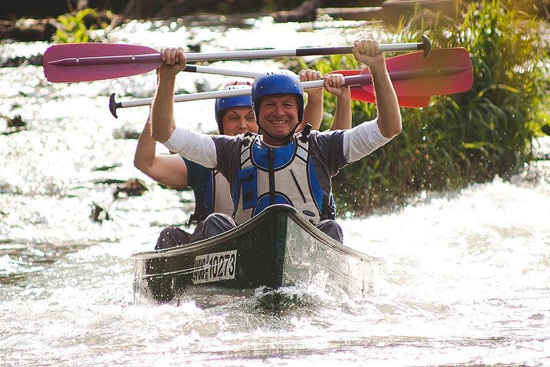 Mit voll gepackten Kanus unterwegs im naturpark Altmühltal